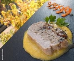 Solomillo de cerdo relleno con setas y crema de verduras