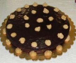 Tarta cubierta de chocolate y rellena de crema pastelera de turrón