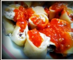 Pasta italiana rellena de una mousse de queso con bakon y salsa de tomate con champiñones